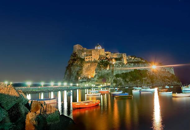 Antigua y castillo en isla de Ischia, Italy, at night - foto de stock