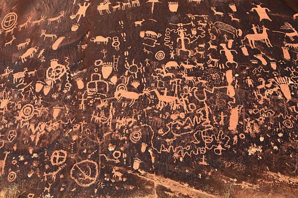 ancient indian petroglyph in moab, utah - mağara resmi stok fotoğraflar ve resimler