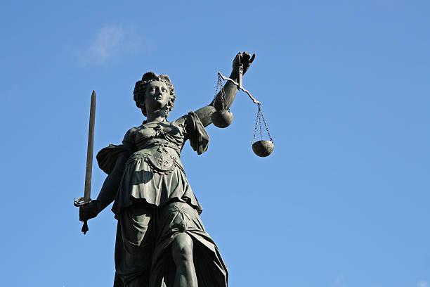 Alte Justicia statue mit Waage und Schwert Vorderseite – Foto