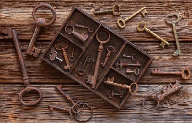 Chaves antigas em uma caixa de madeira em um fundo de madeira vintage. Vista de cima, close-up - foto de acervo