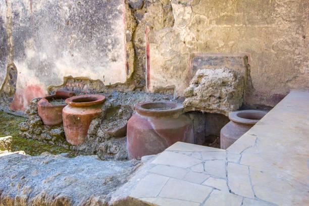 alten küchenutensilien - töpfe, vasen aus den ausgrabungen/ruinen der alten stadt pompeji, neapel, italien - ein topf wunder stock-fotos und bilder