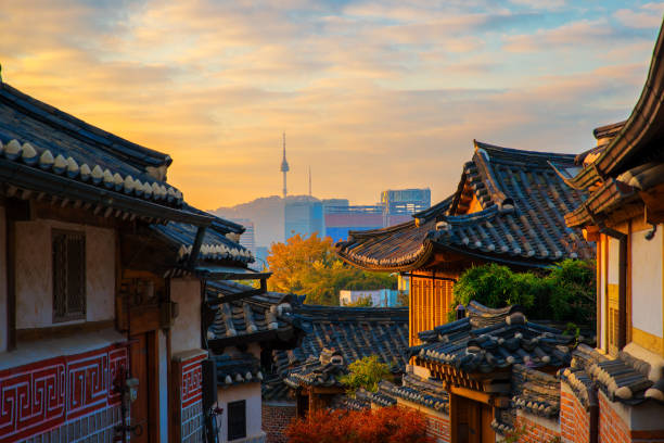 秋と朝の日の出の古代コリア ・ タウン - ソウル ストックフォトと画像