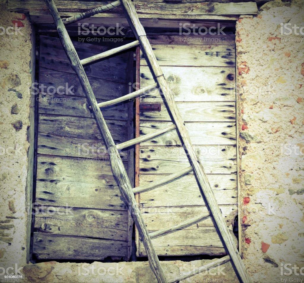 Vieille Porte En Bois Ancienne photo libre de droit de ancienne Échelle et une vieille