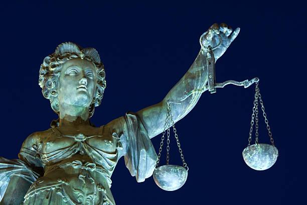 Alte Lady Gerechtigkeit bei Nacht – Foto