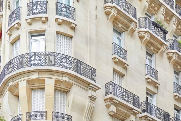 Fachada del edificio parisino de lujo antiguo en el día de verano en París, Francia - foto de stock