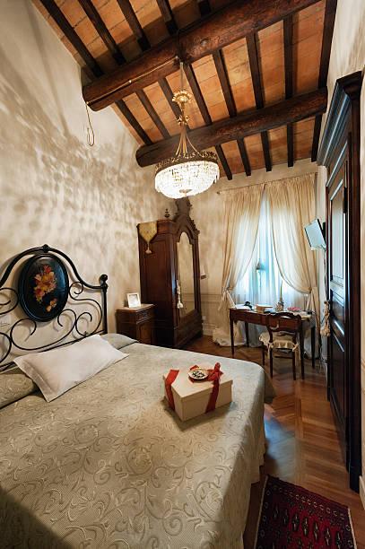 alte mallorca schlafzimmer - bett landhausstil stock-fotos und bilder