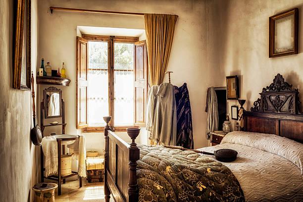 alte mallorca schlafzimmer - cottage schlafzimmer stock-fotos und bilder