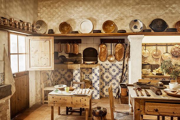 alte mallorca küche - landhausstil küche stock-fotos und bilder