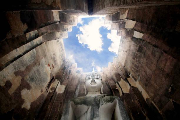 古代奇妙的石佛像周圍的長城和迷人的藍天在笏, 素可泰, 泰國, 微笑和平佛教位置 - gif 個照片及圖片檔