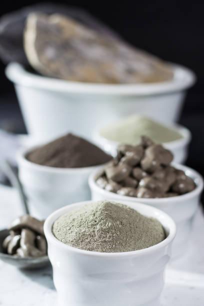ancient minerals - luxury face body spa treatment, clay powder - steingut geschirr stock-fotos und bilder