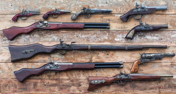 木桌上的古步槍 - 鎗 個照片及圖片檔