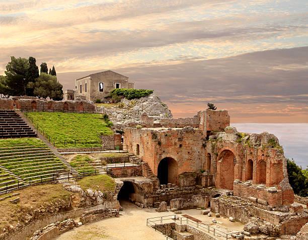 ancient roman amphitheater at sunset in taormina sicily - 陶爾米納 個照片及圖片檔