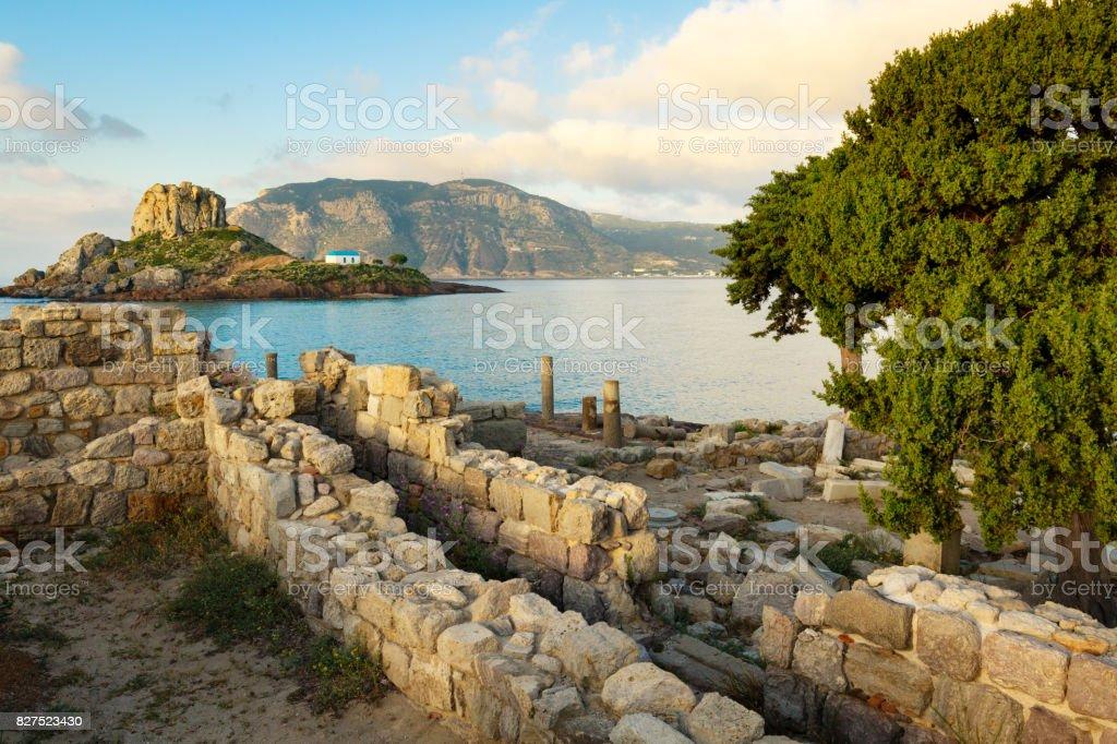 Antike Ruinen und kleine Insel Kastri mit traditionellen orthodoxen Kirche in Kefalos Bay auf der Insel Kos, Griechenland. - Lizenzfrei Agios Stefanos Stock-Foto