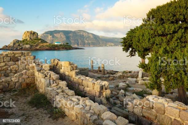 Antike Ruinen Und Kleine Insel Kastri Mit Traditionellen Orthodoxen Kirche In Kefalos Bay Auf Der Insel Kos Griechenland Stockfoto und mehr Bilder von Agios Stefanos