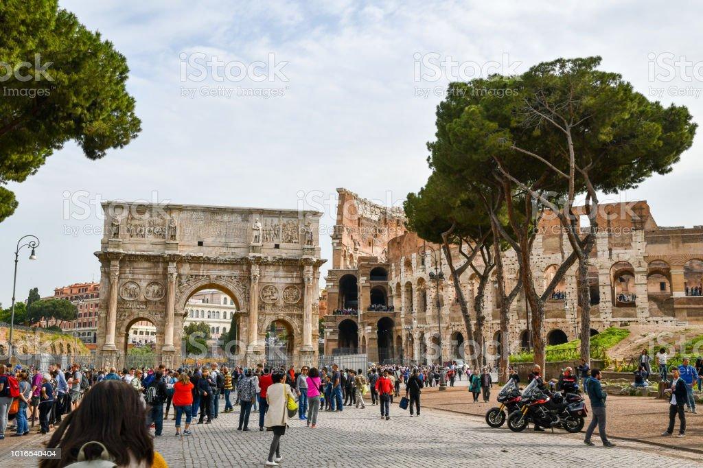 Antigas ruínas em Roma (Itália) - arco de Constantino e Coliseu - foto de acervo