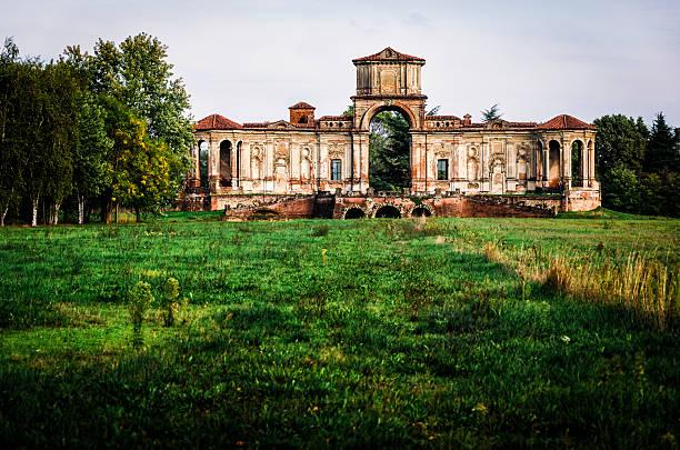 ancient ruins of an italian tea house near Pavia foto