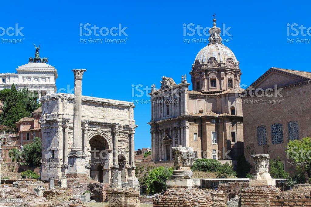 Ancient Ruins of Roman Forum, Arch of Septimius Severus and Altare della Patria, Rome, Italy. photo libre de droits