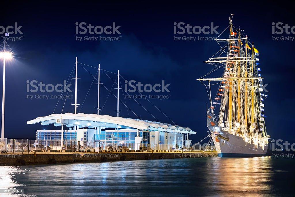 Antigo barco um vela em um moderno Porto - foto de acervo