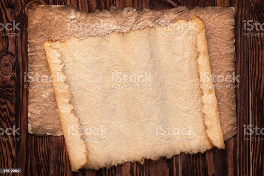 mesa de madeira de fundo de pergaminhos antigos, madeira e papel antigo textura - foto de acervo