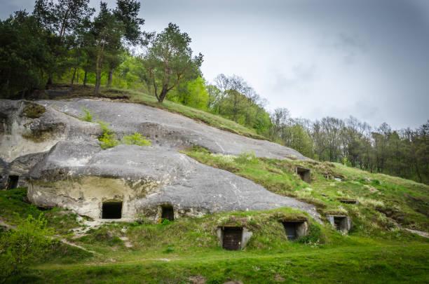 antike siedlung von white kroatisch, stilsko, ukraine. stilsko gehörte zu den größten städten europas im 9 jahrhundert. - hobbit häuser stock-fotos und bilder
