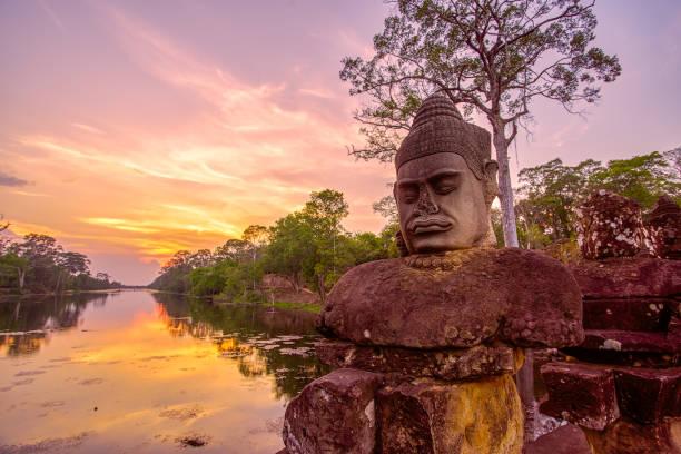Antike Statuen vor dem Südtor von Angkor Thom in Siem Reap, Kambodscha – Foto