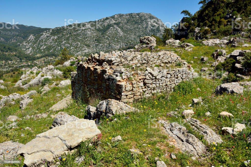 Yukarıda Bayır Köyü Marmaris yakınındaki antik taş sarnıç çare şehir Türkiye'de. stok fotoğrafı