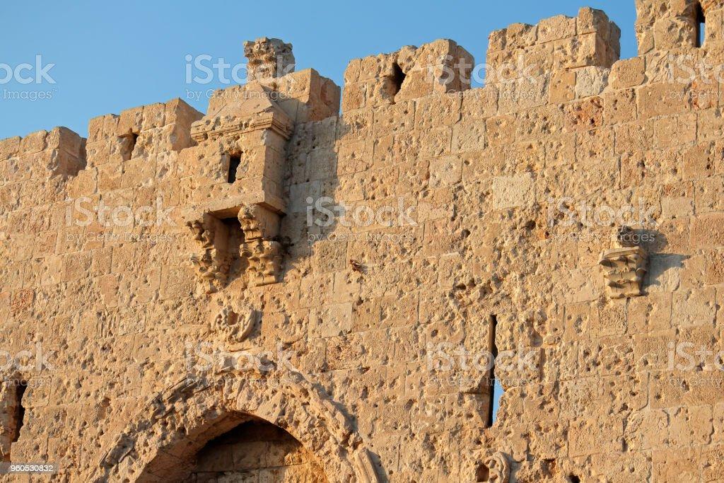 Antiguo muro de piedra en el histórico Dormition Abbey - foto de stock