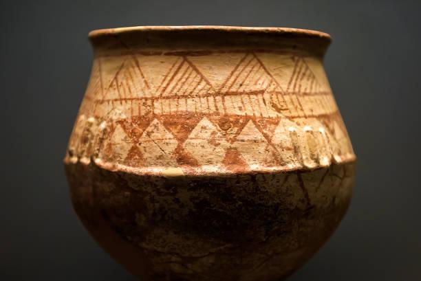 antike terrakotta-topf aus den grabungen in griechenland - ein topf wunder stock-fotos und bilder