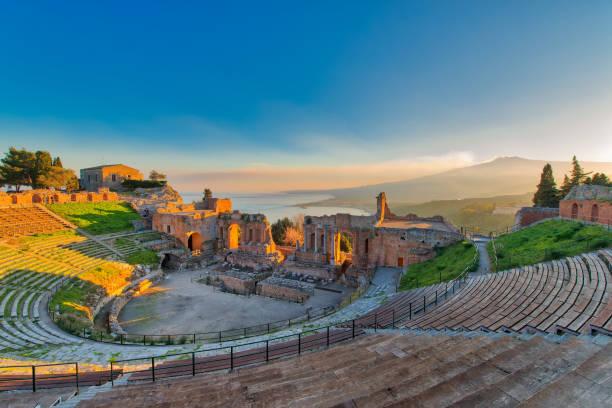 Antiken Theater von Taormina mit ausbrechenden Vulkan Ätna bei Sonnenuntergang – Foto