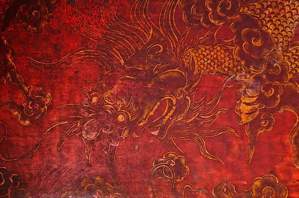 Ancien vintage de peinture dorée sur mur en bois rouge dragon - Photo