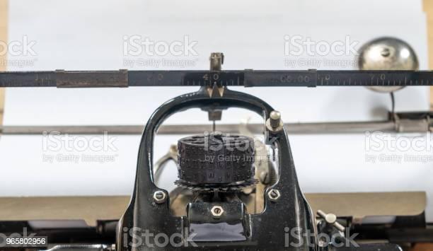 Ancient Vintage Portable Typewriter With Ball Type Typeface Head - Fotografias de stock e mais imagens de Afazeres Domésticos