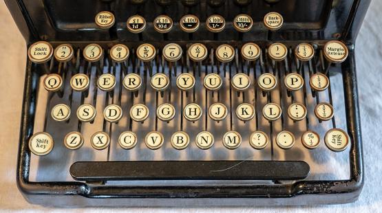 Oude Vintage Draagbare Schrijfmachine Met Toetsenbord Qwerty Stockfoto en meer beelden van Accountancy