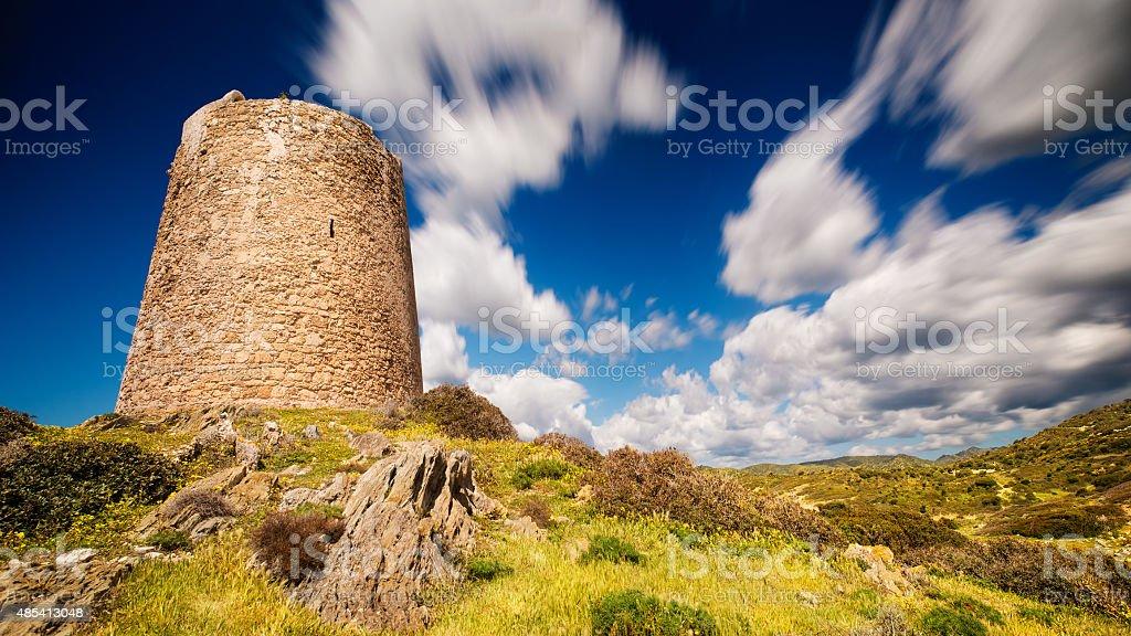 Antiga Torre, na Sardenha, em um dia nublado de vento - foto de acervo