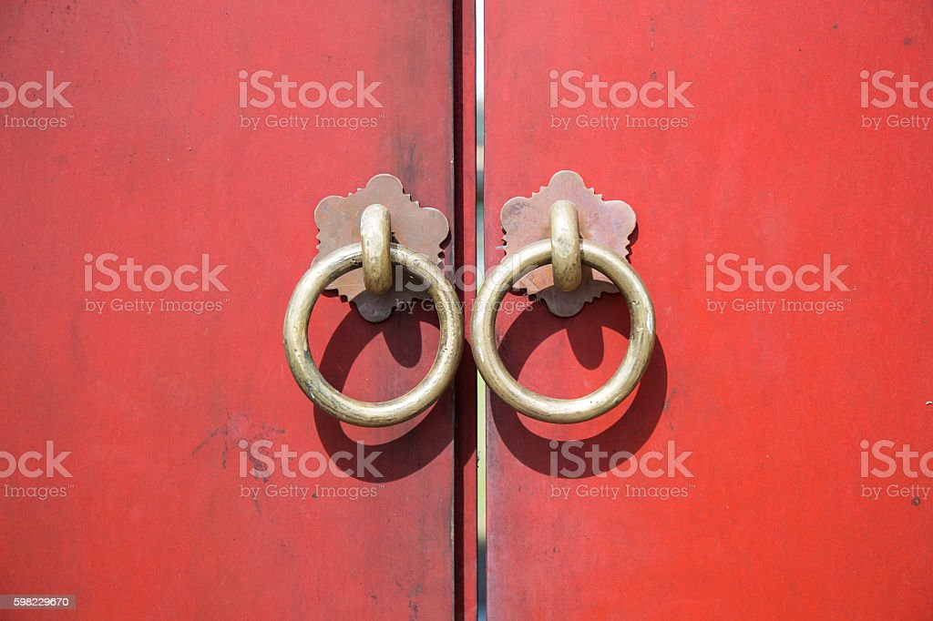 Ancient wooden gate with two door knocker rings foto royalty-free