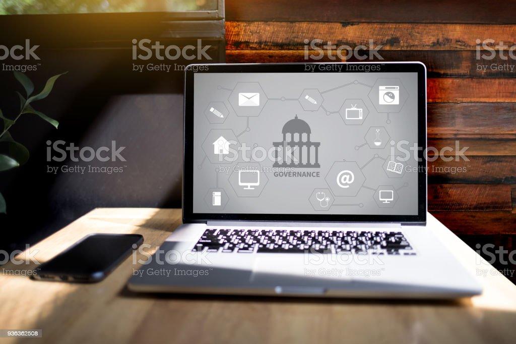 GOVERNANCE und Gebäude, Behörde Computing Computer Notebook mit großem Bildschirm auf Tabelle Silhouette und Filter Sonne – Foto