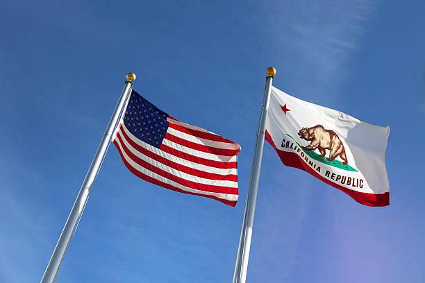 Banderas de Estados Unidos y el estado de california - foto de stock