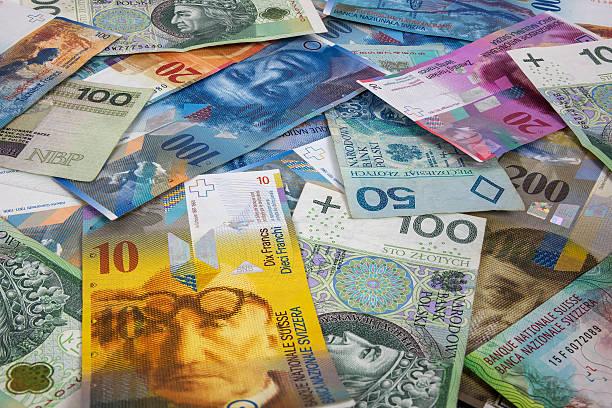 pln and chf banknotes as background - franken stockfoto's en -beelden
