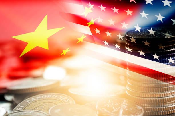 미국과 중국 국기 는 동전 스태킹 . 그것은 미국과 중국 사이의 경제 관세 무역 전쟁과 세금 장벽의 상징이다. - 중국 뉴스 사진 이미지
