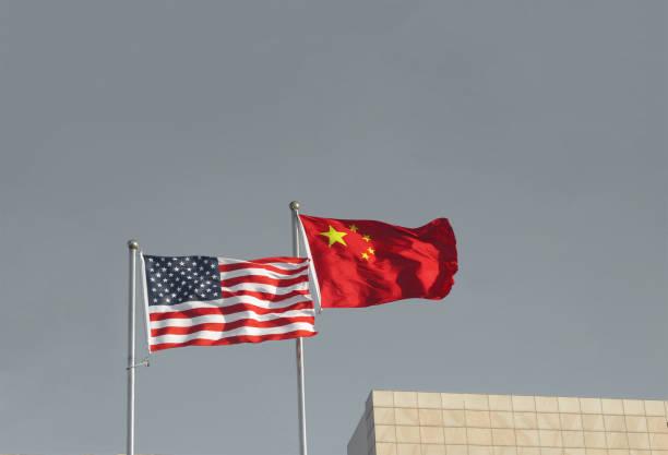 USA und China Flaggen. Handelskriegswirtschaft Konflikt Steuer-Business-Finanzgeld / Usa gegen China. – Foto