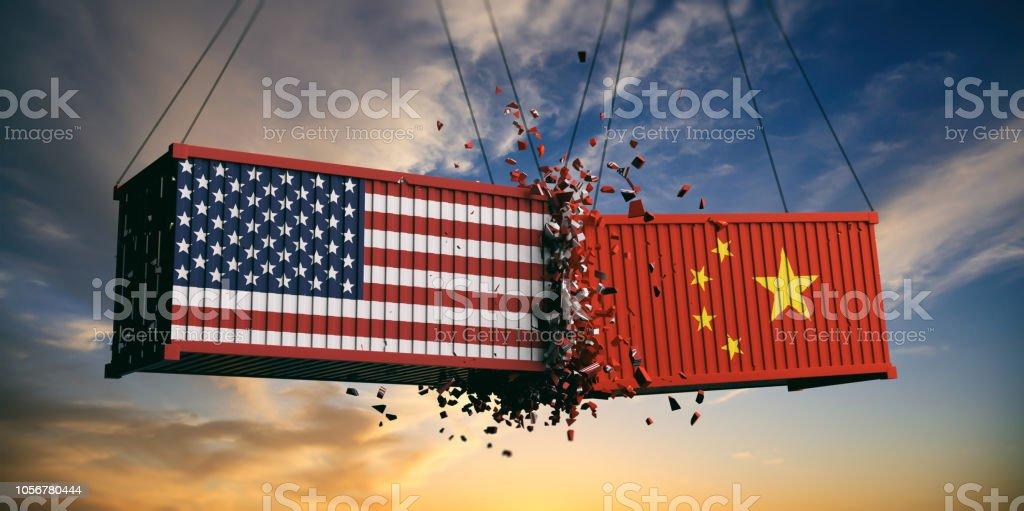 USA und China Handelskrieg. USA Amerika und chinesischen Markierungsfahnen stürzte Container am Himmel bei Sonnenuntergang Hintergrund. 3D illustration – Foto
