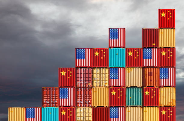 us and chinese cargo containers - scambio commerciale foto e immagini stock