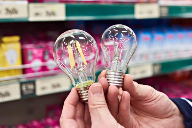 LED et la lampe à incandescence sur store - Photo
