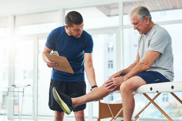 그리고 그것은 공동 자체? - physical therapy 뉴스 사진 이미지