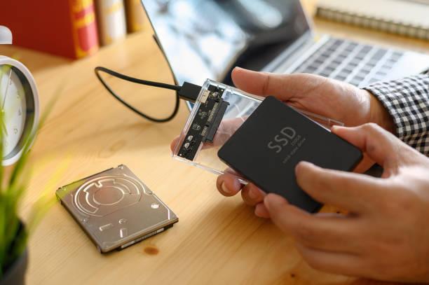 SSD und Laptop, Festkörperantrieb mit sata 6 gb-Anschluss – Foto
