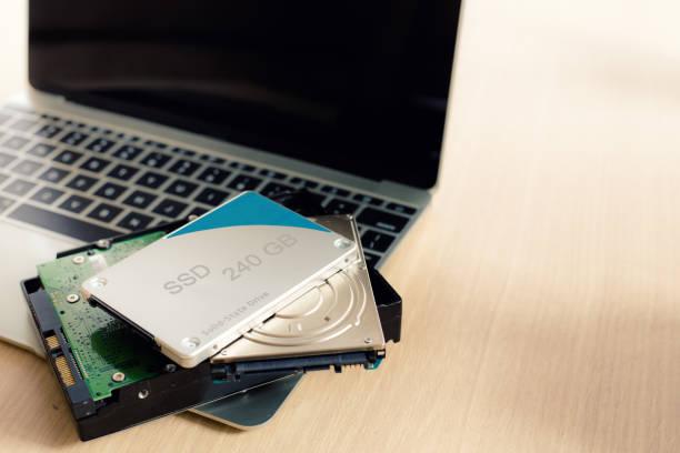 ssd et ordinateur portable, disque ssd sata 6 gb connexion - état solide photos et images de collection