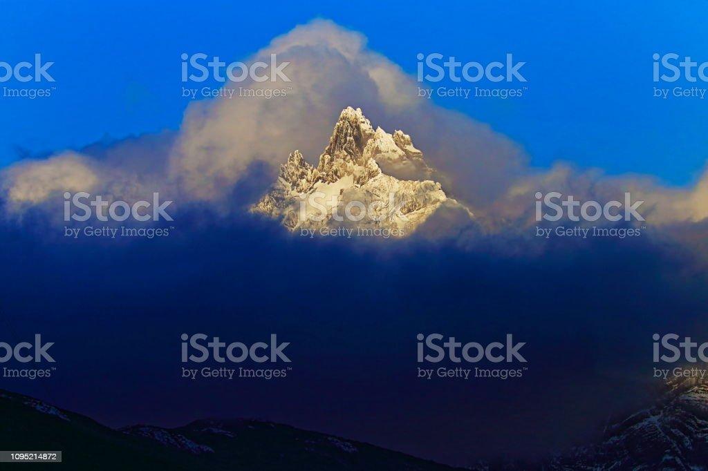 Andes cobertas de neve enevoada montanha, Ushuaia - Terra do fogo, Argentina - foto de acervo