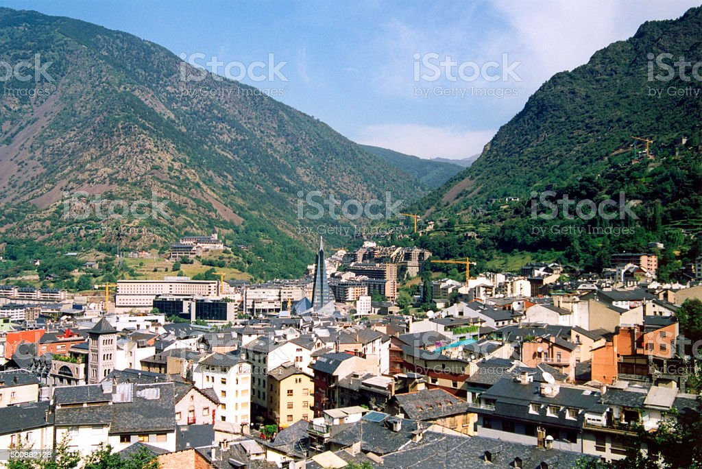 Andorra la Vella-skyline e montains - foto de acervo