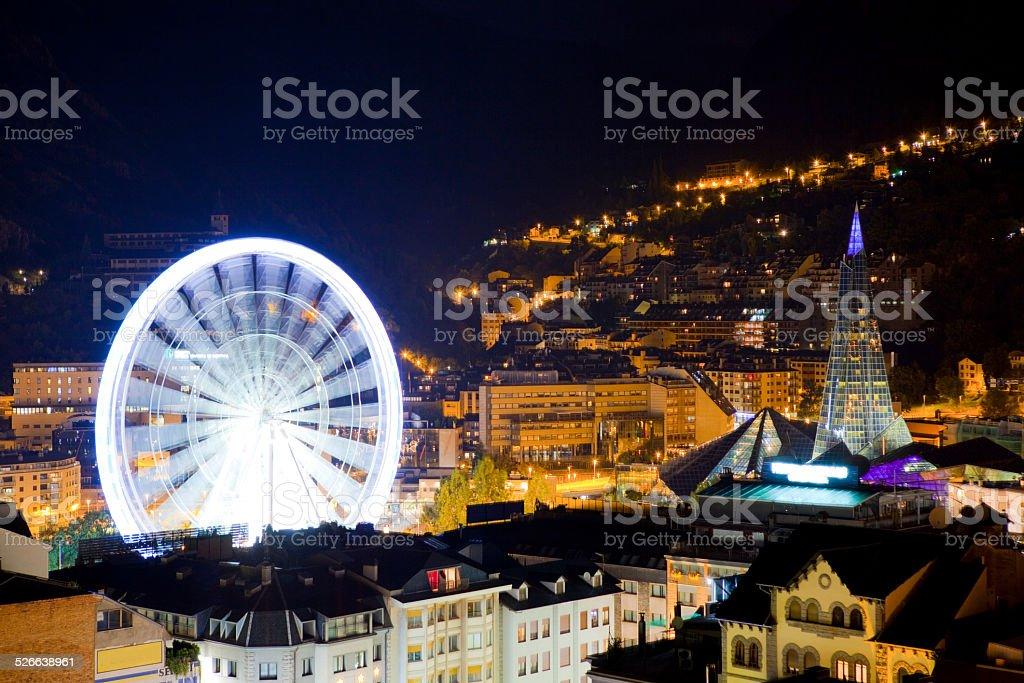 Andorra roda gigante à noite - foto de acervo