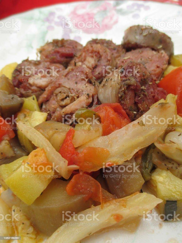 Andouillette en tranches cuites accompagnées de ratatouille - Photo