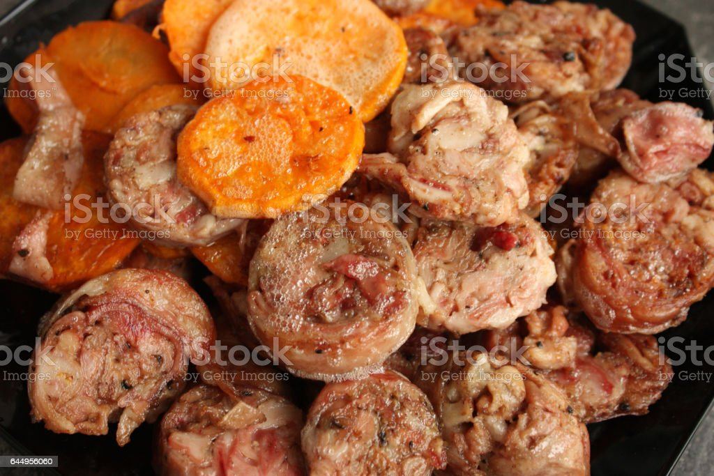 Andouillette tranchée en friture - tranches de patate douce - Photo